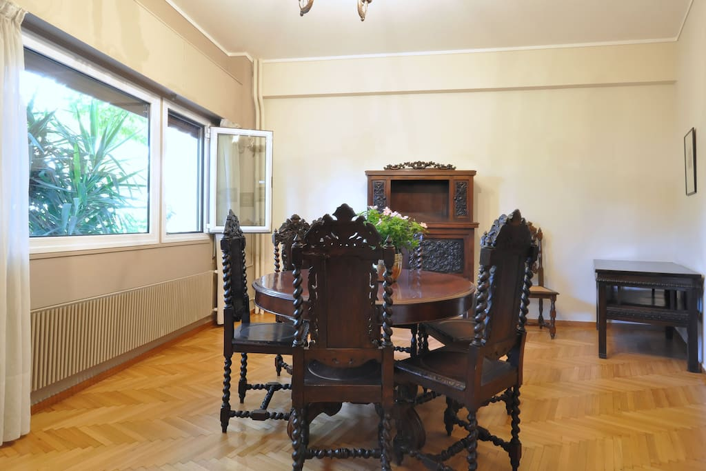 Large dining room - With an extendable dining table, it can comfortably sit up to 8 people!