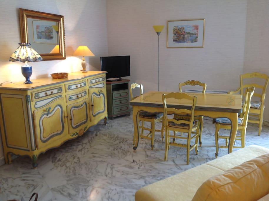Salle de séjour avec mobilier de style provençal