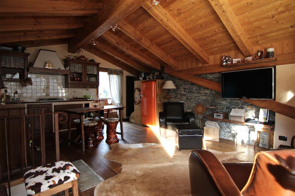 Soggiorno e la cucina sullo sfondo  Living room and the kitchen on the background
