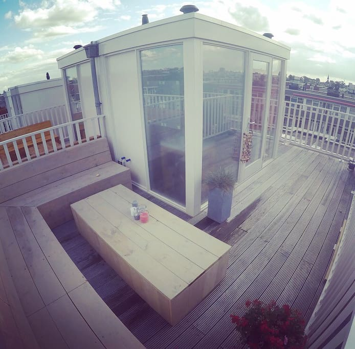 20m2 U-shaped rooftop with a great view and a loungeset