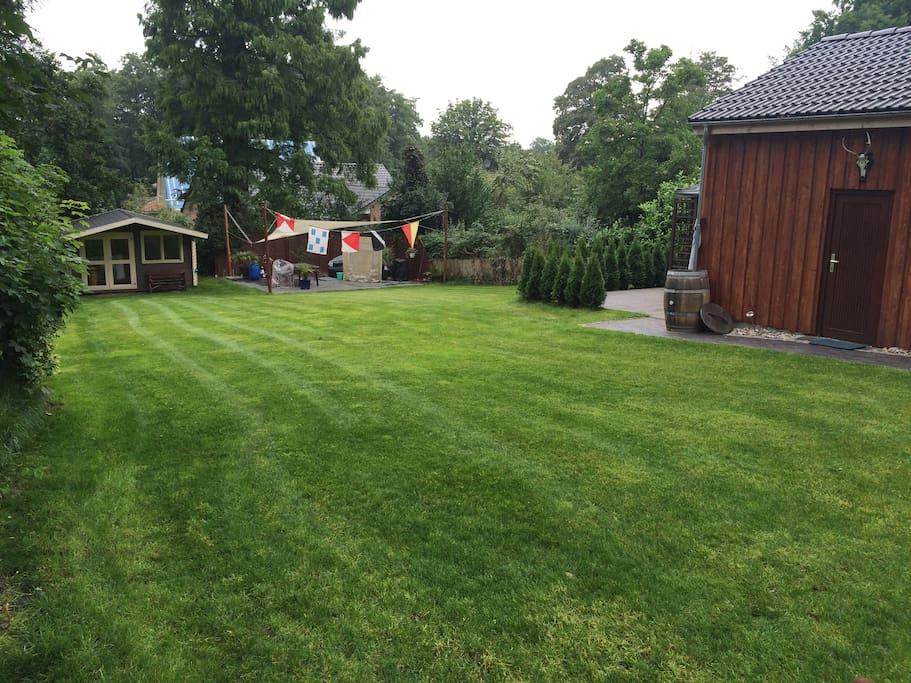 Der Garten mit ihrer eigenen Terrasse lädt zum grillen und chillen ein.