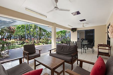 Bright & happy home on beachfront! - Balgal Beach