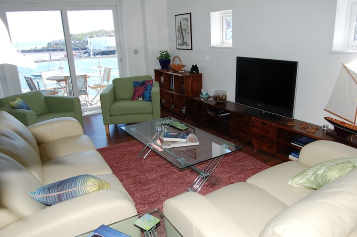 LUXURY COWES THREE BEDROOM  WATERFRONT PENTHOUSE