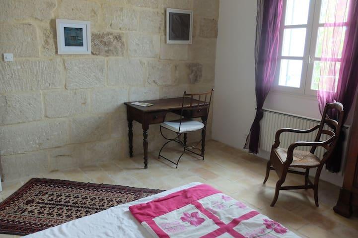 """chambre  """"terre cuite"""" dans maison d'artiste - Galargues - Bed & Breakfast"""