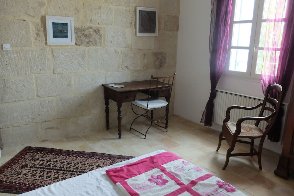Chambre terre cuite dans maison d 39 artiste bed and breakfasts en alquiler en galargues for Chambre xxl nimes