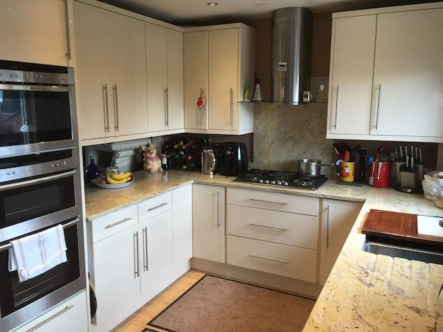 Spacious single room available - Hayes - Casa