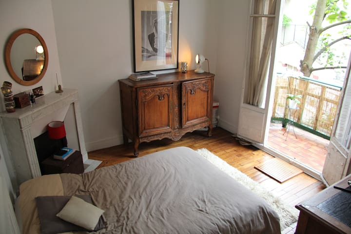 Room, balcony, quiet street. - París - Bed & Breakfast
