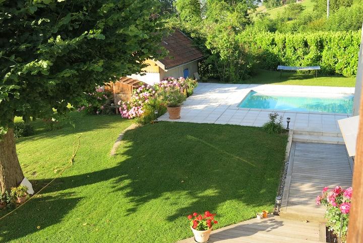 Chambre plus salon ds  ferme rénovée avec piscine