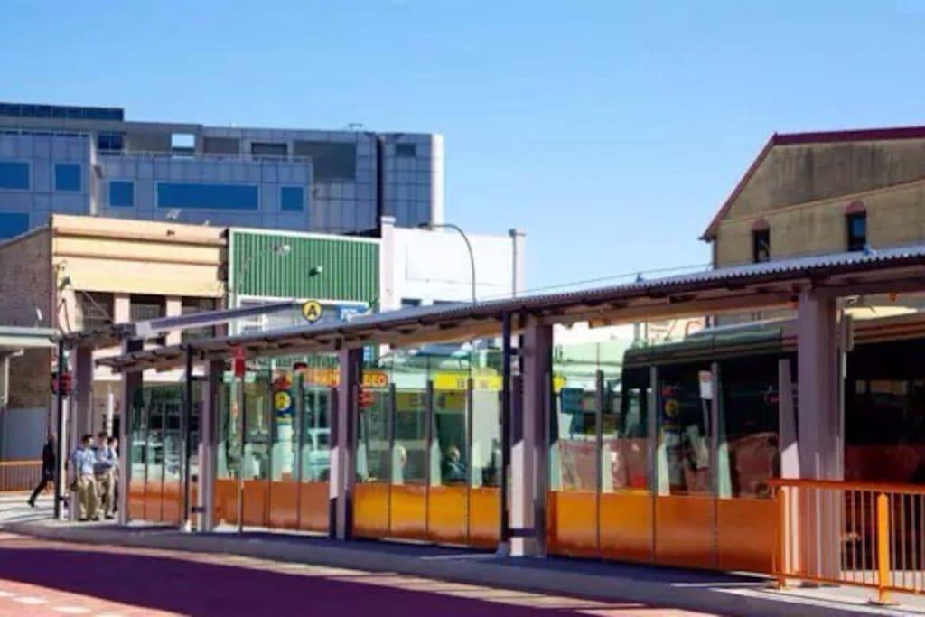 Bus station 巴士站