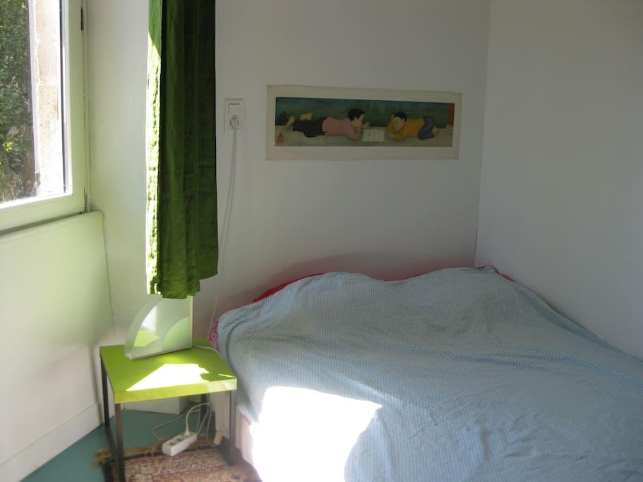 Un côté de la chambre