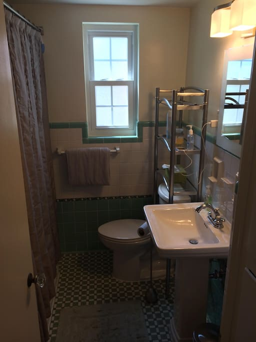 full bathroom, with towels and toiletries