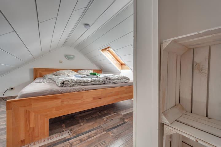 Weinkisten Als Regal designerwohnung in der südstadt flats for rent in karlsruhe