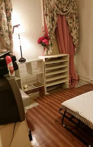 Cozy 2 twin bed room! AC,WiFi & TV
