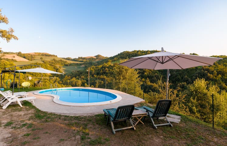 Splendido paesaggio circonda la piscina. E qui si perde il senso del tempo!