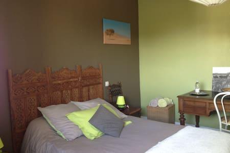 chambre dans maison avec piscine 25kms de Bordeaux - Portets - Rumah