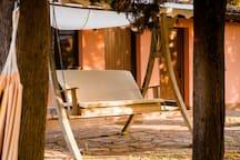 Dondolo in legno davanti alle camere da cui si gode di una splendida vista