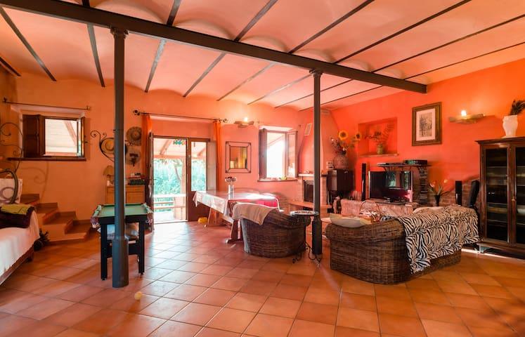 Il grande salone dove gli ospiti possono fare ciò che più desiderano, sempre fresco in estate grazie ai muri spessi.