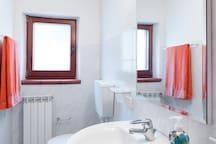 Uno dei bagni di appartenenza ad ogni singola camera