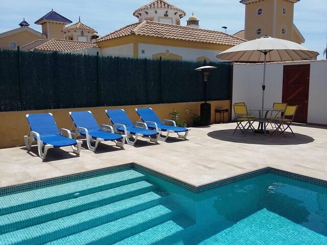 Villa met privezwembad en mooie tuin