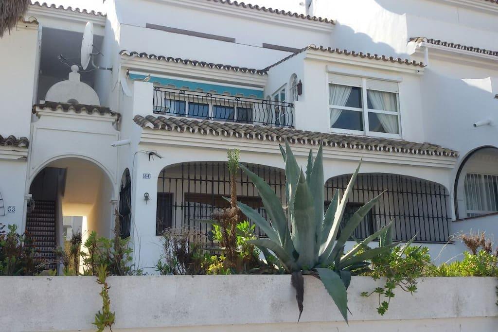 Vista del apartamento desde la calle con la terraza y el ventanal del dormitorio principal.View of apartment from the street with the balcony and the window of the master bedroom.
