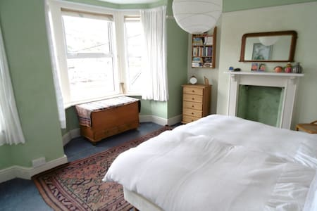 Large room in Victorian townhouse - Looe