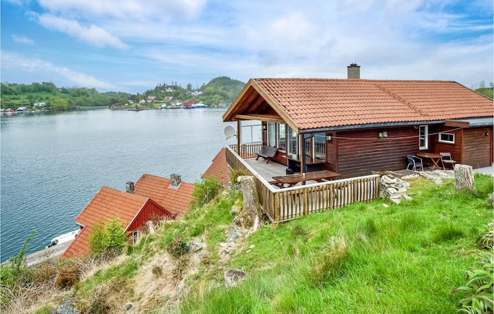 Awesome home in Sjernarøy with Sauna, WiFi and 4 Bedrooms