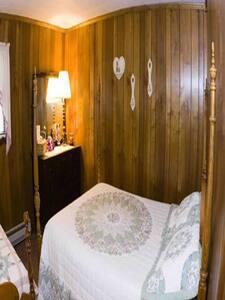 Brass Lantern Lodge Room#8 - Bed & Breakfast