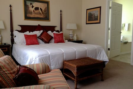 Honeymoon Suite @ Rocky Farm B&B ~ Comfy Elegance! - King Hill