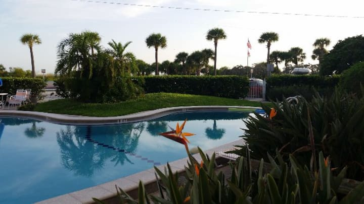 REMODELED CONDO ON 1ST FLOOR AT BEACH & POOLSIDE