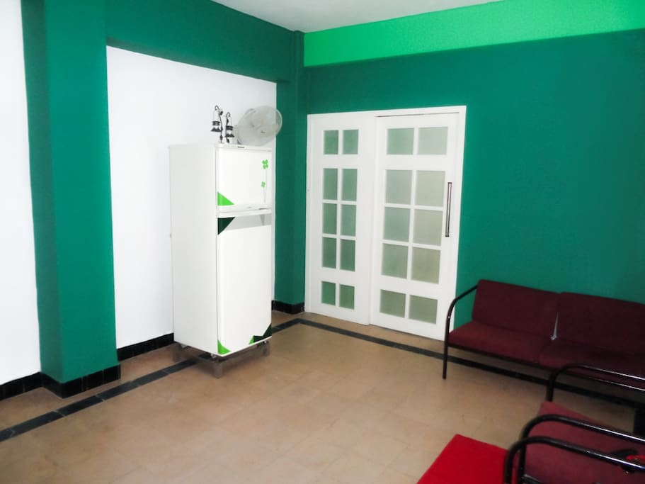 La nevera del salón es para uso de los clientes, incluida en el precio.