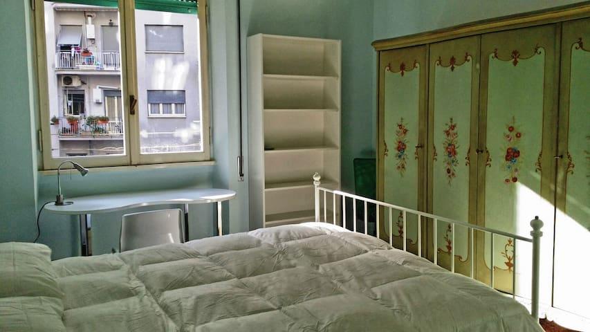 Stanza luminosissima san giovanni appartamenti in for Affitto stanza ufficio roma tuscolana