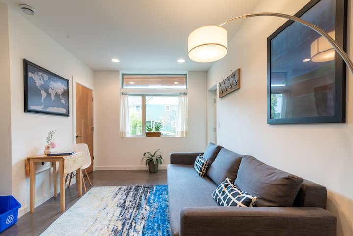 Modern garden suite - two blocks to light rail!