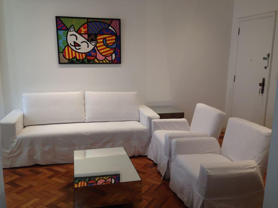 Sala de Estar com TV, ar condicionado, wi-fi e mesa de jantar.