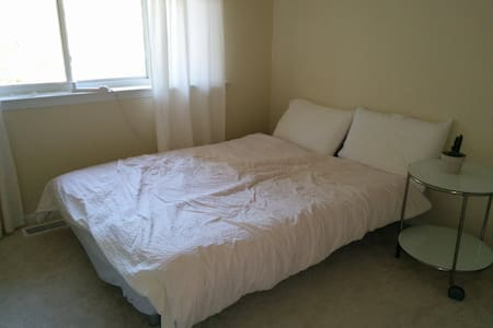 private room in a beautiful house - Plainsboro Township - 家庭式旅館