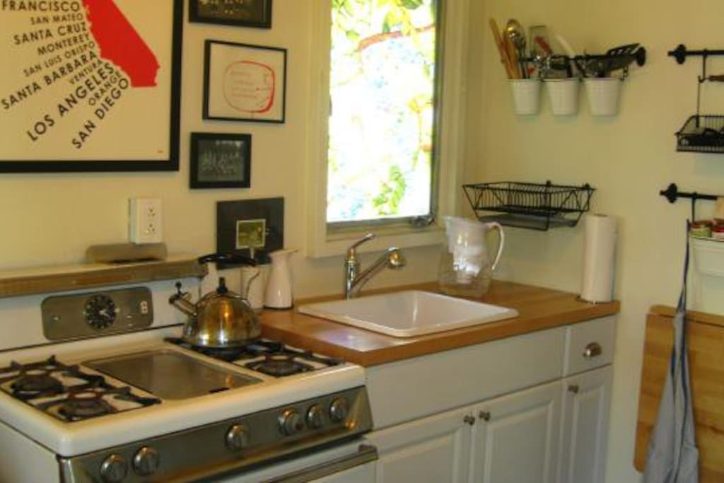 Fully equipped kitchen with working vintage gas stove and full-size refrigerator (plus microwave, coffee maker, etc.) so that you can make meals at home if you don't feel like walking to one of the great neighborhood restaurants or coffee shops.