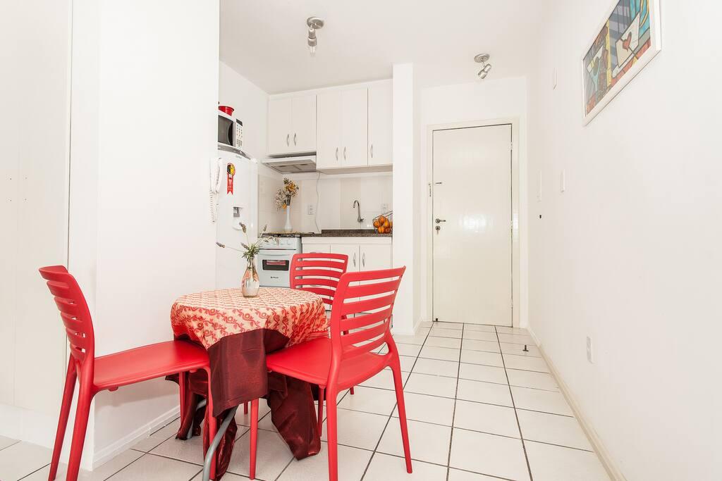 mesa e 4 cadeiras, pia, fogao, geladeira e exaustor