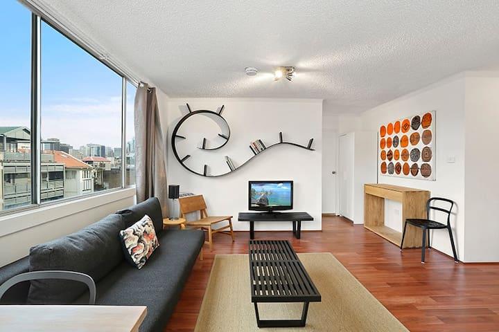 Sunny apartment, short walk to Sydney Harbour