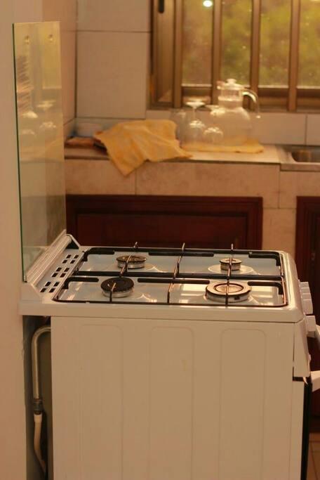 La cuisine est entièrement équipée.  Vous trouverez vaisselle, cuisinière (avec bouteille de gaz fournie) réfrigérateur avec compartiment de congélation, mixeur...