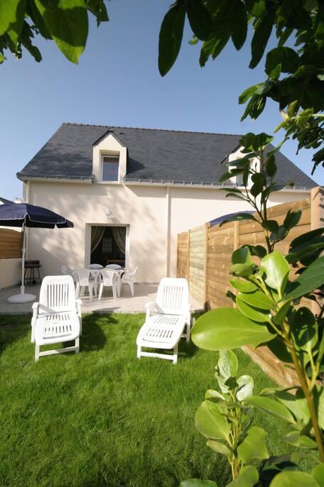 salon de jardin , transats , parasol et barbecue + ustensiles