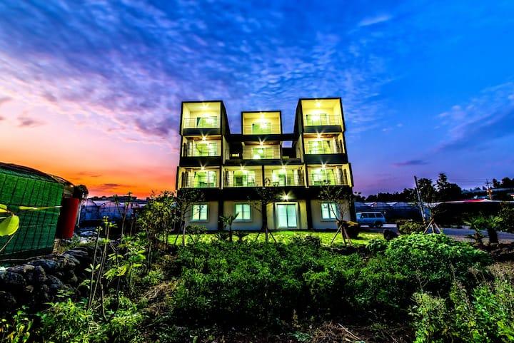 """楼房1 /干净,现代化的新建公寓""""小步路,友步路""""提供早餐"""