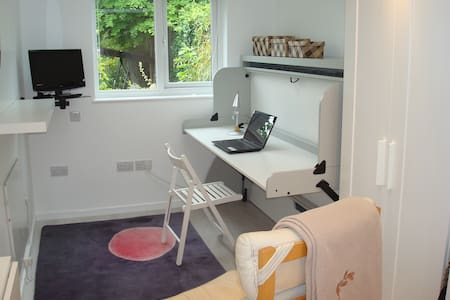 Self contained light and warm study/bed Annexe - Cambridge - Apartment