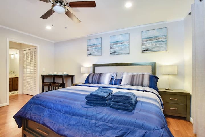 GUEST SUITE PARADISO (DIGSIFY) | PRIVATE ENTRANCE | KING BED | SELF CHECK-IN | FREE PARKING | NEAR PGA | BEACHES | ROGER DEAN STADIUM | FITTEAM BALLPARK