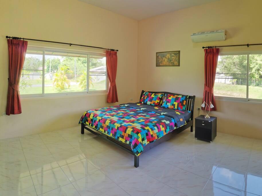 Kingsize-Bett, Blick auf Garten und Teich