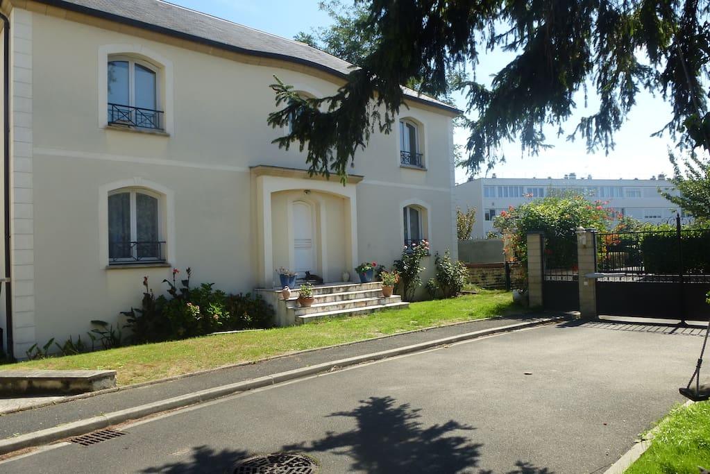 Chambre avec petit d j salle d 39 eau priv e maisons for Maison d en france ile de france