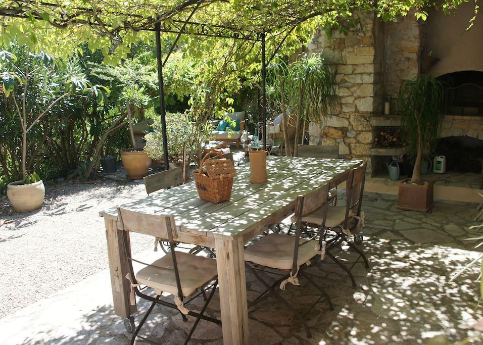 Patio-Salle à manger sous la vigne avec cuisine d'été