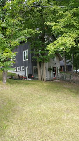 A bright & spacious 1 bedroom apt. - Burnstown - Byt
