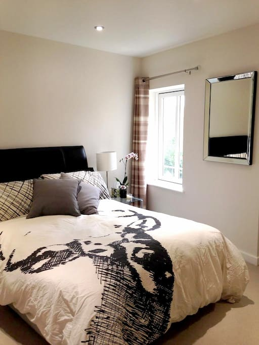 The room is equipped with a very comfy double bed