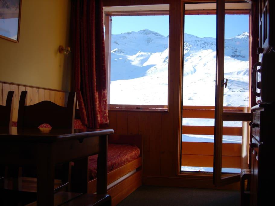 Superbe vue montagne depuis l'appartement et balcon au soleil toute la journée / Fantastic view on the mountains and sunny balcony.