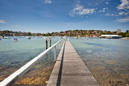 light and airy spacious apartment. Smell the fresh sea air. Swim off your own private jetty. Celebrity watch in Double Bay, cafes, restaurants, they are all at your doorstep. Jump on a ferry and see where you end up.
