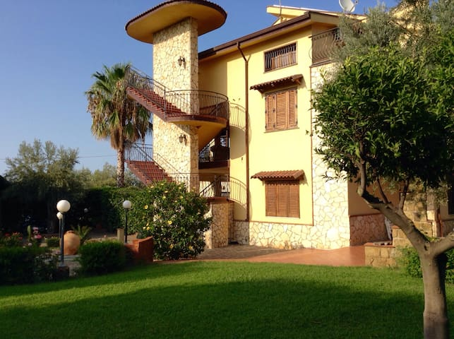 Top Apartment in Villa con piscina - Acquedolci - Apartemen
